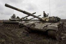 В ОРДЛО окупанти розміщують танки і артилерію на лінії відведення.