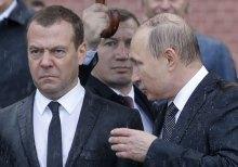 Мокрий Путін. Вінок майже впав...