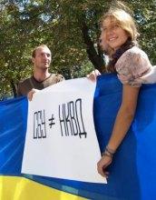 Луганськ підтримав акцію ''Приходь – здавайся!'' Біля стін СБУ активісти розтягнули 40-метровий український прапор.